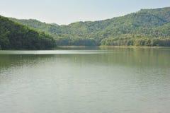 La diga salva la montagna dell'acqua della zattera di paesaggio Fotografia Stock