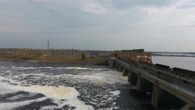 La diga scarica l'acqua sul fiume Volga stock footage