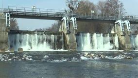 La diga sul fiume di Morava, sulla centrale elettrica idroelettrica, in acqua congelata l'inverno con ghiaccio e sui ghiaccioli n video d archivio