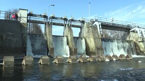 La diga sul fiume di Morava, sulla centrale elettrica idroelettrica, in acqua congelata l'inverno con ghiaccio e sui ghiaccioli n archivi video