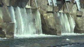 La diga sul fiume di Morava, sulla centrale elettrica idroelettrica, in acqua congelata l'inverno con ghiaccio e sui ghiaccioli n stock footage