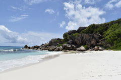 La Digue, Seychellerna paradisstrand Arkivbilder