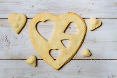 La dimensión de una variable del corazón coció en una galleta dulce Imágenes de archivo libres de regalías