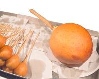 La dimensione enorme ha fritto la pasta nel ritaglio di forma del microfono sul fondo bianco Fotografie Stock