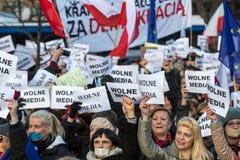 La dimostrazione del comitato della difesa dei mezzi e della democrazia di /wolne di media di democrazia KOD gratis contro PIS g fotografie stock