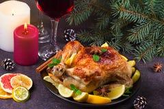 La dinde de fête de Noël a fait cuire au four avec l'orange, le citron et la chaux Verres de vin rouge et de bougies photo stock