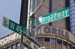 La dirección de Broadway señal adentro Manhattan, Nueva York, los E.E.U.U. Foto de archivo libre de regalías