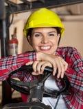 La dirección de Leaning On Forklift femenino del ingeniero fotos de archivo libres de regalías