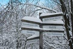 La dirección señal adentro el bosque - actividades del invierno Foto de archivo