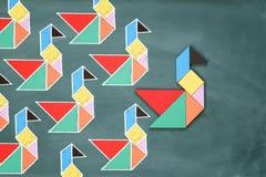 La direction et le concept de créativité avec le tangram déconcertent le leadi d'oiseau Photos stock