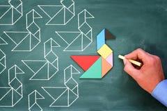 La direction et le concept de créativité avec le tangram déconcertent le leadi d'oiseau Photographie stock