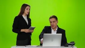La directora elogió a su empleado para el trabajo hecho Pantalla verde almacen de metraje de vídeo