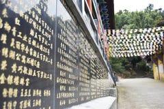 La direzione dal tempio alla montagna immagini stock