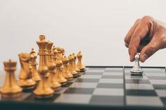 La direzione dell'uomo d'affari che gioca il piano di strategia di pensiero e di scacchi circa l'arresto per rovesciare il gruppo fotografia stock libera da diritti
