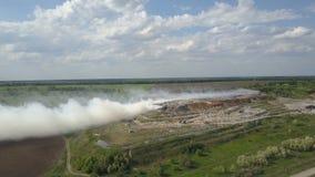 La discarica bruciante inquina l'ambiente Il forte vento si leva fumo tossico di immondizia bruciante nell'aria e si sparge video d archivio