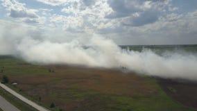 La discarica bruciante inquina l'ambiente Il forte vento si leva fumo tossico di immondizia bruciante nell'aria e si sparge archivi video