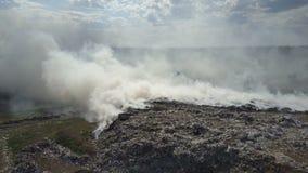 La discarica inquina l'ambiente Il forte vento si leva fumo tossico di immondizia bruciante nell'aria video d archivio