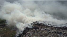 La discarica inquina l'ambiente Il forte vento si leva fumo tossico di immondizia bruciante nell'aria archivi video
