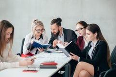La discussione corporativa degli impiegati trascura il collega immagine stock