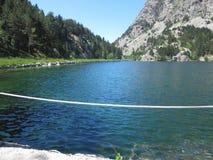 La Disfrutando de la Naturaleza en montaña Lizenzfreies Stockbild
