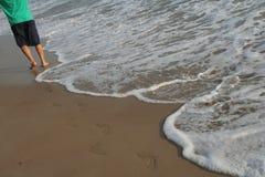 La disparition des empreintes de pas avec des vagues Photos libres de droits