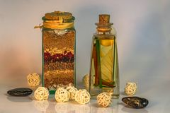 La Dispensa-Salz mit Kraut- und Gewürzbällen u. schwarzen Steinen stockbild