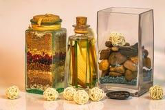 La Dispensa som är salt med örter och kryddor, & Vaze av stenar royaltyfri foto