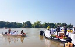 La dispersion incinère la cérémonie au-dessus de la rivière Image libre de droits