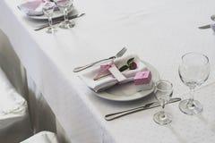 La disposición de la tabla de la boda con subió Imagen de archivo libre de regalías