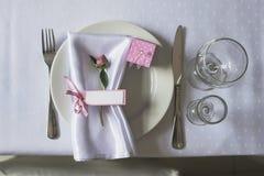 La disposición de la tabla de la boda con subió Imágenes de archivo libres de regalías