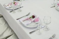 La disposición de la tabla de la boda con subió Fotos de archivo