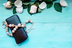 La disposición del fondo de la primavera en un fondo de madera azul con las flores y los pétalos color de rosa fruncen y gotean l Imagen de archivo libre de regalías