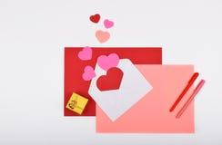 La disposición se opone en el tema - día del ` s de la tarjeta del día de San Valentín Foto de archivo
