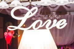 La disposition de l'amour d'inscription est sur la lampe Photos stock