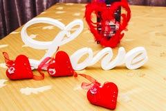 La disposition de l'amour d'inscription est sur la table Image stock