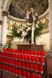 La disposition des bougies religieuses s'approchent de l'autel de l'église catholique Photographie stock libre de droits