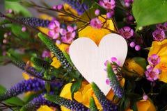 La disposizione dei fiori del biglietto di S. Valentino Fotografia Stock