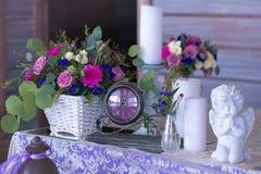 La disposizione dei fiori in un canestro decora la tavola di nozze nel pur Immagini Stock Libere da Diritti
