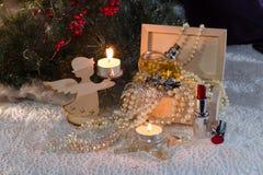 La disposizione di Natale con la scatola di legno ha riempito di neckla della perla Fotografia Stock Libera da Diritti