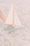 La disposizione di una barca a vela nella mano Fotografie Stock
