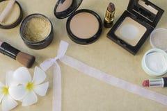 la disposizione piana 168 dell'insieme dei cosmetici per compone su carta marrone Immagini Stock Libere da Diritti