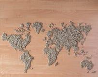 La disposizione piana ha messo con i cereali sotto forma di continenti o di mappa del mondo Immagine Stock