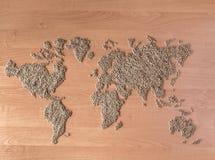 La disposizione piana ha messo con i cereali sotto forma di continenti o di mappa del mondo Fotografia Stock