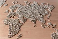 La disposizione piana ha messo con i cereali sotto forma di continenti o di mappa del mondo Fotografia Stock Libera da Diritti