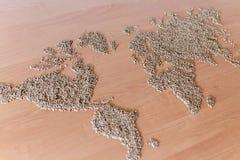 La disposizione piana ha messo con i cereali sotto forma di continenti o di mappa del mondo Fotografie Stock