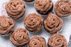La disposizione piana sopra il piatto pieno della tazza del cioccolato agglutina con la crema del cioccolato del ganache Immagini Stock Libere da Diritti