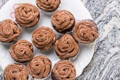 La disposizione piana sopra il piatto pieno della tazza del cioccolato agglutina con la crema del cioccolato del ganache Immagine Stock Libera da Diritti