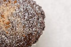 La disposizione piana sopra la tazza dei brownie del cioccolato agglutina con lo zucchero in polvere sui precedenti di marmo bian Fotografie Stock