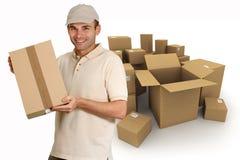 La distribution de boîtes en carton Photos libres de droits