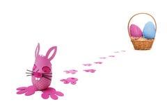 La distribution rose d'oeufs de lapin de Pâques images stock
